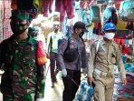Penyemprotan cairan desinfektan oleh aparat gabungan TNI –Polri di Pasar Jaras Kabupaten Kutai Barat.