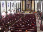 Petugas gabungan dari TNI Polri di Kutai Barat berjaga-jaga di Gereja Katolik Center Kutai Barat.