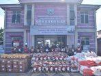 Senior Manager ER-CSR Suriyanto serahkan bantuan bingkisan Hari Raya Idul Fitri Kepada Perwakilan Desa Batu Kajang. Foto : HO.