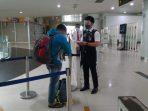 Petugas memeriksa dokumen kesehatan calon penumpang di Bandara Sepinggan, Balikpapan. Foto : HO/PT Angkasa Pura I (Persero).