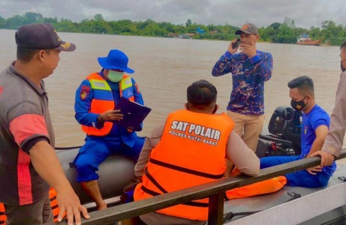 BPBD Kubar bersama tim gabungan dan juga Polair Polres Kubar saat melakukan pencarian korban tenggelam yang hingga Rabu (26/5/2021) masih belum ditemukan. Foto : BorneoFlash.com/Lilis Suryani.
