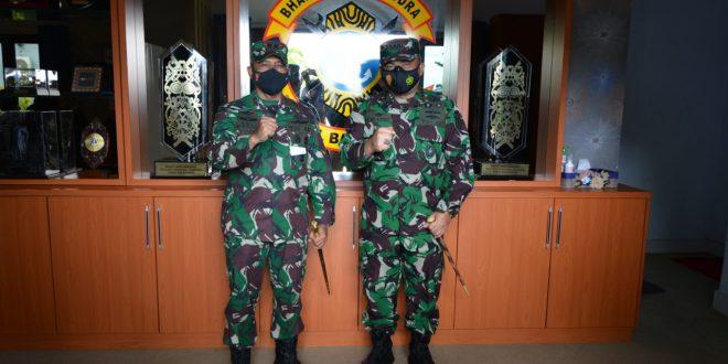 Pangdam VI Mulawarman Mayjen TNI Heri Wiranto dan Danlanal Balikpapan Kolonel Laut (P) Siswo Widodo. Foto : HO.