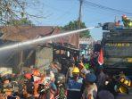 Tim Respon Bencana Satbrimob Polda Kaltim bersama mobil AWC Brimob, melakukan penanganan terhadap kejadian kebakaran di Rt. 38 Kelurahan Baru Ulu Kecamatan Balikpapan Barat, Kamis (17/6/2021). Foto : HO.