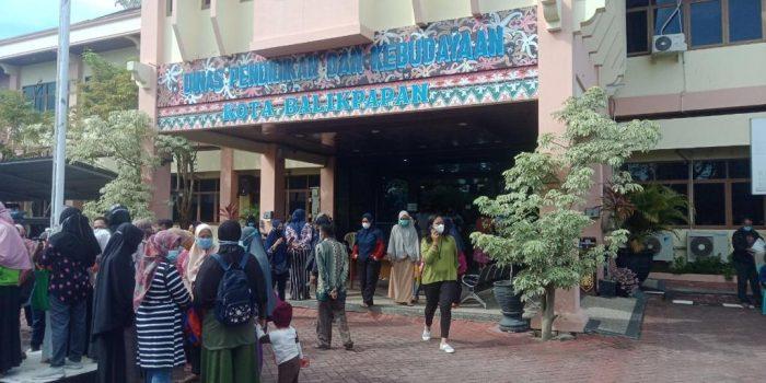 Ratusan orang tua murid mendatangi kantor Dinas Pendidikan dan Kebudayaan (Disdikbud) kota Balikpapan, Jln Ruhui Rahayu I, Sepinggan, Balikpapan Selatan, Senin (21/6/2021). Foto : BorneoFlash.com/Muhammad Eko.