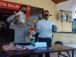 Satreskrim Polresta Balikpapan menggelar konferensi pers pengungkapan pelaku penipuan di Mapolresta Balikpapan pada Senin (21/6/2021). Foto : BorneoFlash.com/Muhammad Eko.