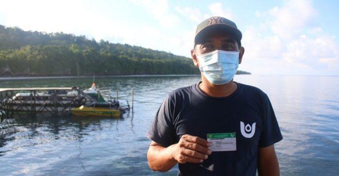 Slamet, salah satu peserta JKN-KIS yang berdomisili di Pulau Maratua, Kabupaten Berau, Provinsi Kalimantan Timur. Rasakan Manfaat Program JKN-KIS. Foto : HO.