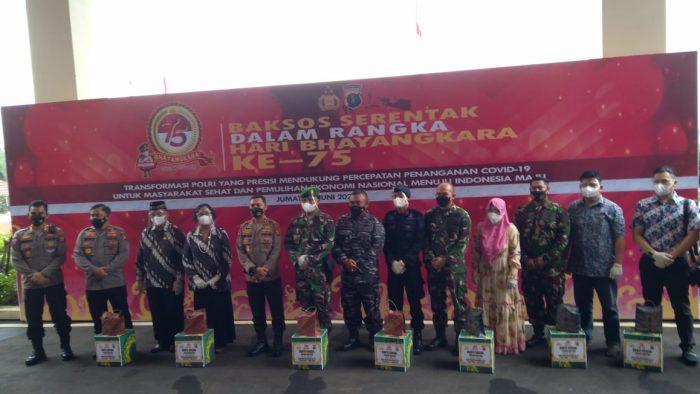 Pelepasan Paket sembako bagi masyarakat terdampak Covid-19 di Mapolda Kaltim, Balikpapan, Jumat (25/6/2021). Foto : BorneoFlash.com/Muhammad Eko.