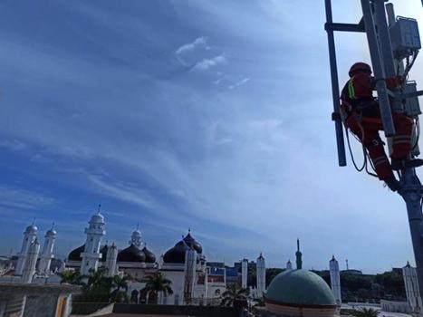 Teknisi XL Axiata sedang bekerja di atas tower BTS (Base Transceiver Station) yang berdiri di Gampong Kampung Baru, Kecamatan Baiturrahman, Kota Banda Aceh, Jumat (16/7/2021) Lalu. Foto : HO.