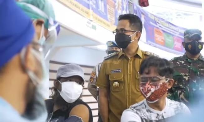Wali Kota Balikpapan Rahmad Mas'ud tinjau pelaksanaan vaksinasi di BSCC Dome, Balikpapan Selatan, Senin (5/7/2021). Foto : BorneoFlash.com/Muhammad Eko.