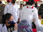 Gubernur Kalimantan Timur (Kaltim) Isran Noor, meninjau secara langsung pelaksanaan vaksinasi bagi 1000 pelajar di SMKN 1 dan 1000 pelajar di SMPN 5 Kota Balikpapan. Rabu (14/7/2021). Foto : borneoFlash.com/Muhammad Eko.
