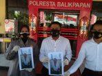 Kasat Reskrim Polresta Balikpapan, Kompol Rengga Puspo Saputro menunjukkan BB kasus penipuan dan penggelapan di halaman Mapolresta Balikpapan pada Senin (19/7/2021). Foto : BorneoFlash.com/Muhammad Eko.