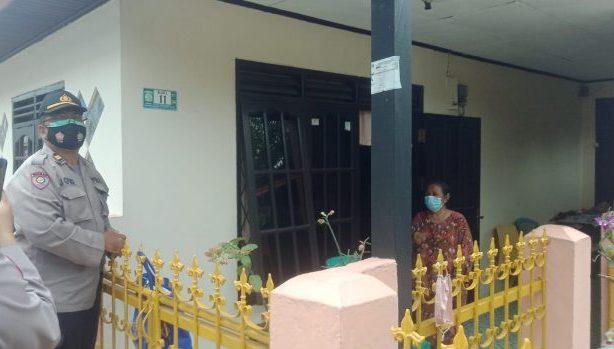 Sat Binmas Polresta Balikpapan membagikan sembako kepada warga yang menjalani Isoman di Kelurahan Graha Indah RT 04 pada Rabu (21/7/2021). Foto : BorneoFlash.com/Muhammad Eko.