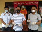 Kasat Reskrim Polresta Balikpapan menunjukkan Barang Bukti pisau sangkur yang digunakan Pelaku IW (32). Foto : BorneoFlash.com/Muhammad Eko.