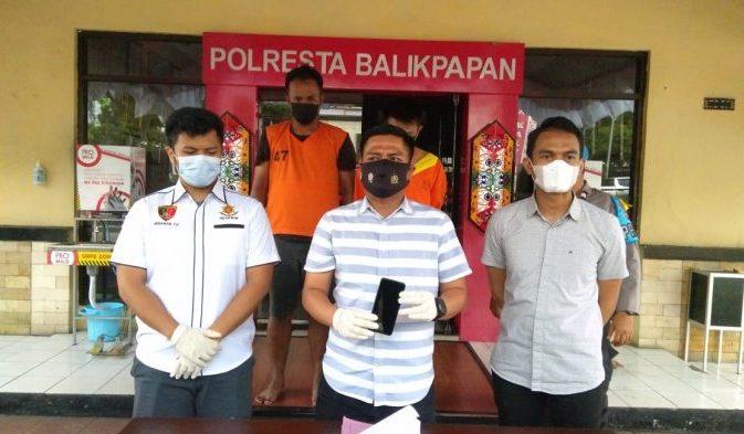 Kasat Reskrim Polresta Balikpapan Kompol Rengga Puspo Saputro menunjukkan Barang Bukti handphone yang diamankan dari tangan pelaku FK (22) dan RM (21). Foto : BorneoFlash.com/Muhammad Eko.