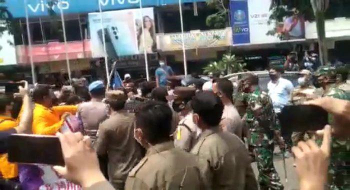 Polisi Amankan 15 Orang Mahasiswa dalam aksi demo mahasiswa yang berlangsung di Jalan Jendral Sudirman pada Kamis (22/7/2021) Siang. Foto : BorneoFlash.com/Muhammad Eko.