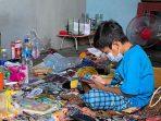 Vino, bocah yatim piatu di Kutai Barat yang menjalani isolasi mandiri terakhir dan pemulihan hari ini, Senin (26/7/2021) di rumahnya RT 04, Kampung Linggang Purworejo, Kecamatan Tering. Foto : BorneoFlash.com/Lilis Suryani.