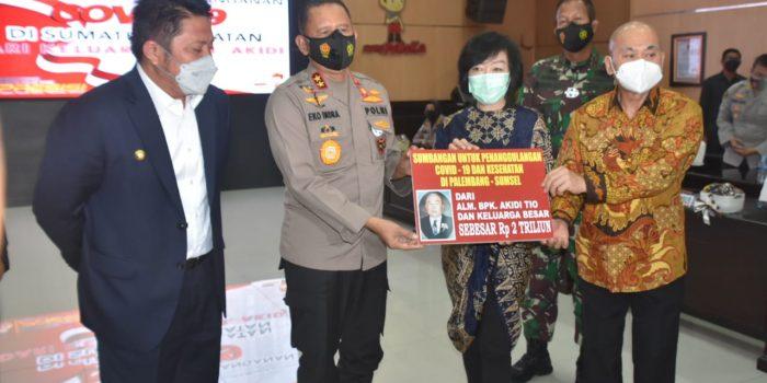 Keluarga alm Akidi Tio Melalui dokter keluarga mereka Prof dr Hardi Darmawan, Serahkan bantuan covid-19 sebesar Rp 2 T di Mapolda Sumsel, Senin (26/7/2021). Foto : HO.