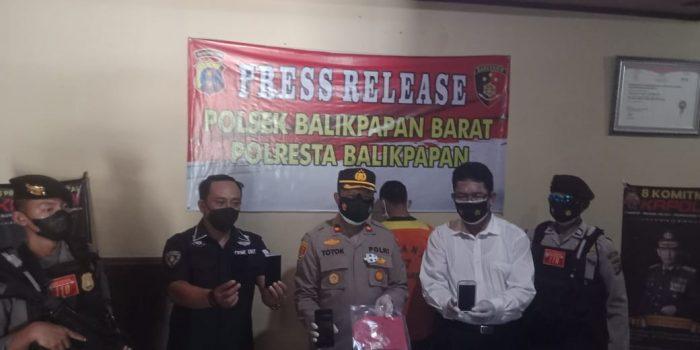 Tim Jatanras Polsek Balikpapan Barat berhasil meringkus AP (24) atas kasus pencurian 5 buah handphone milik warga di Perumahan Kariangau, Balikpapan Barat (Balbar) pada Rabu (21/7/2021) lalu. Foto : BorneoFlash.com/Muhammad Eko.