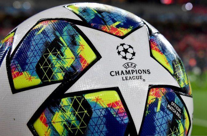 Logo Liga Champions melekat dalam bola resmi yang digunakan dalam kompetisi sepak bola paling bergengsi antarklub Eropa tersebut. Foto : AFP/Denis Charlet.