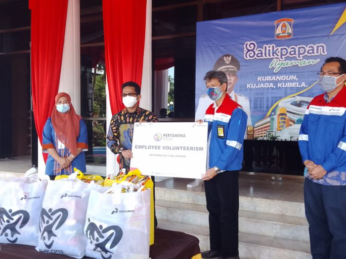 PT Pertamina RU V memberikan bantuan sembako kepada warga yang terdampak PPKM, Bantuan diterima secara secara simbolis oleh Walikota Balikpapan Rahmad Mas'ud di halaman Pemkot Balikpapan pada Kamis (5/8/2021). Foto : BorneoFlash.com/Muhammad Eko.