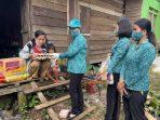 Ketua tim PKK Kubar, Yayuk Seri Rahayu beserta jajarannya datang memberikan bantuan kepada keluarga Ambo Dae, warga kurang mampu di Barong Tongkok.