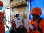 Kantor pencarian dan pertolongan kelas A Balikpapan melakukan evakuasi terhadap Triyono (26) Warga RT 3 Desa Wonokromo Jawa Timur (Jatim) diperairan Teluk Balikpapan pada Jumat (6/8/2021) sekitar pukul 11.00 WITA. Foto : HO.