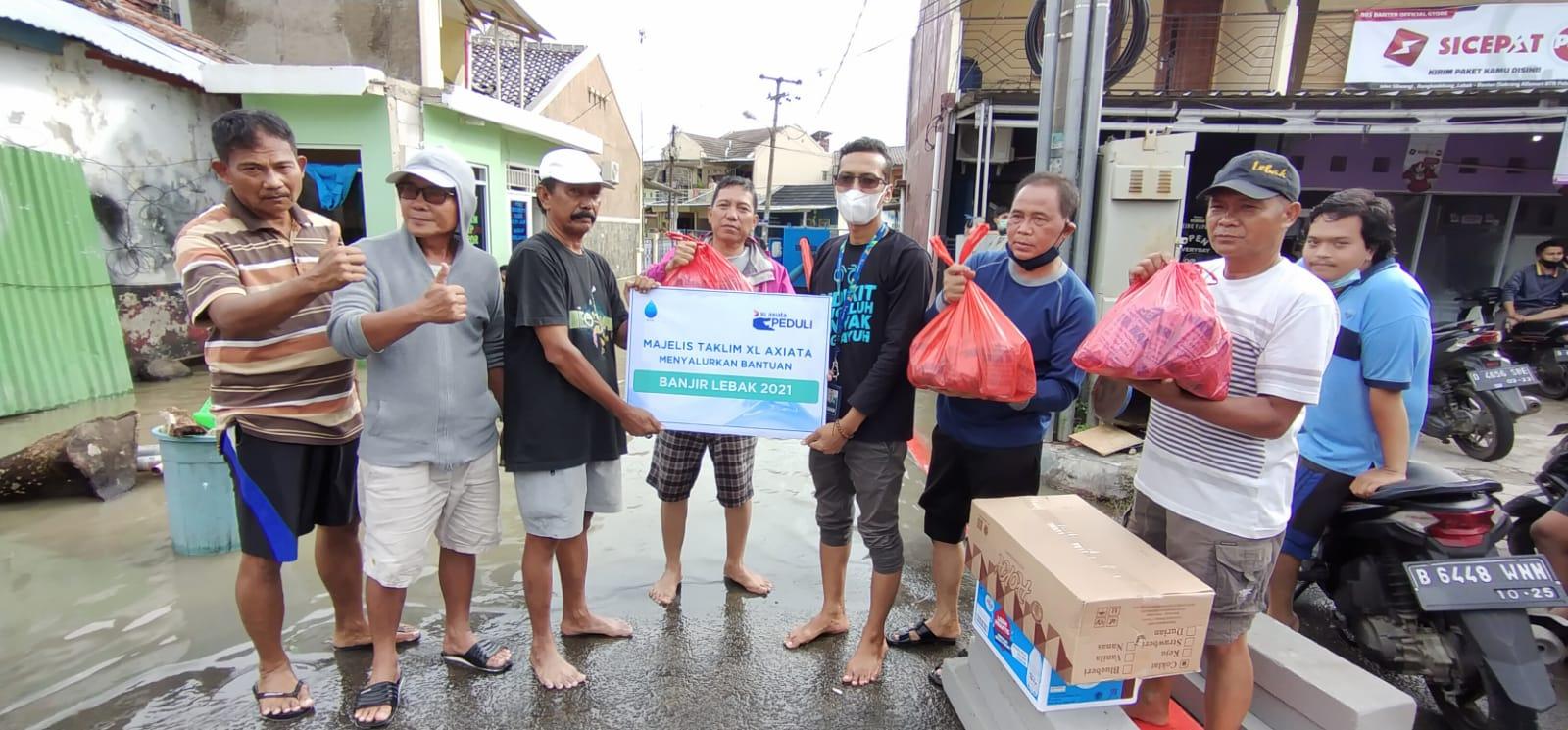 Penyerahan bantuan kepada para korban di lokasi banjir dilakukan secara langsung oleh Perwakilan XL Axiata Jabodetabek kepada aparat lingkungan setempat di Kampung Barangbang, Rangkasbitung, Selasa (14/9/2021). Foto : HO.