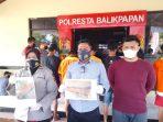 Kasat Reskrim Polresta Balikpapan Kompol Rengga Puspo Saputro menunjukan BB pencurian tiang telepon Kamis (2/9/2021) lalu. Foto : BorneoFlash.com/Muhammad Eko.