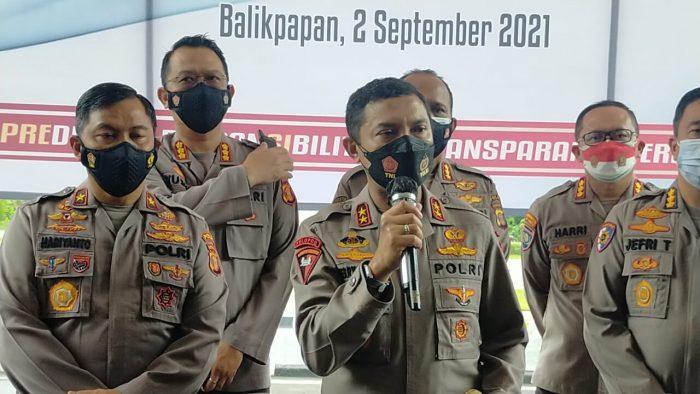 Kapolda Kaltim Irjen Pol Herry Rudolf Nahak menyerahkan secara simbolis Bansos kepada masyarakat terdampak Covid-19. Foto : BorneoFlash.com/Muhammad Eko.