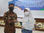 Wali Kota Balikpapan H Rahmad Mas'ud memberikan penghargaan secara langsung kepada pelajar dan siswa kota Balikpapan yang berprestasi dalam dunia pendidikan, yang berlangsung di Aula kantor Pemkot Balikpapan. Jum'at (3/9/2021). Foto : BorneoFlash.com/Muhammad Eko.