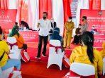 Presiden Joko Widodo saat meninjau pelaksanaan vaksinasi Covid-19 bagi masyarakat yang digelar di Pusat Informasi Pariwisata dan Perdagangan (PIPP), Kota Blitar, pada Selasa, (7/9/2021). Foto: Laily Rachev - Biro Pers Sekretariat Presiden.