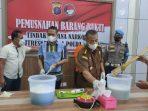 Direktorat Reserse Narkoba (Ditresnarkoba) Polda Kaltim menggelar konferensi pers pemusnahan Barang Bukti (BB) narkoba jenis sabu-sabu pada Kamis (9/9/2021). Foto : BorneoFlash.com/Muhammad Eko.