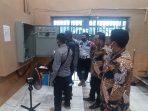 Petugas melakukan pengecekan instalasi listrik di Lapas Kelas IIA Balikpapan. Foto : HO/Humas Lapas Balikpapan.