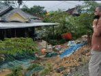 Anggota DPRD kota Balikpapan Dapil Balikpapan Utara, Syarifuddin Oddang, menanggapi permintaan masyarakat langsung meninjau ke lokasi longsor di jalan sungai Wain Km 15 Karang Joang, Minggu (12/9/2021) lalu. Foto : BorneoFlash.com/Muhammad Eko.