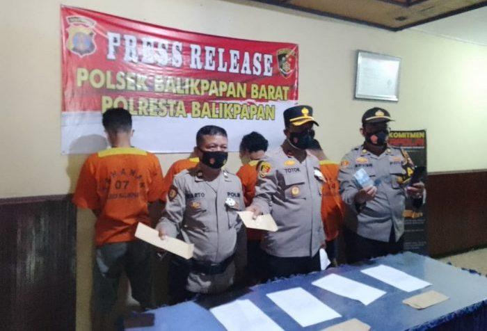 Keempat pelaku yang diamankan jajaran Polsek Balikpapan Barat di hadirkan dalam konferensi pers, Selasa (14/9/2021). Foto : BorneoFlash.com/Muhammad Eko.