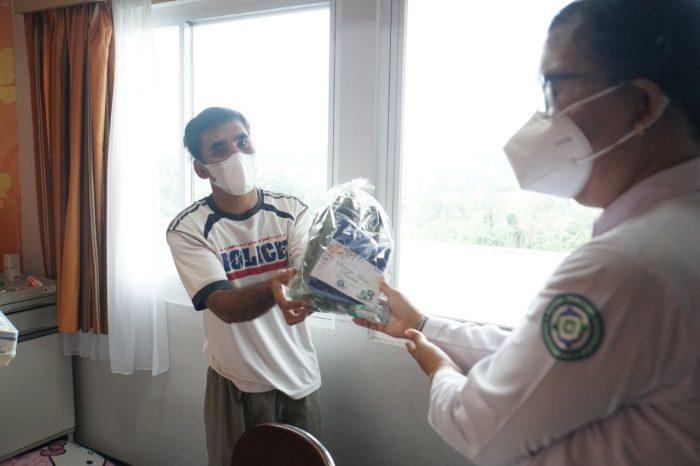 Bersamaan pada hari ulang tahun ke 53 tahun BPJS Kesehatan, Duta BPJS Kesehatan mendatangi Peserta Jaminan Kesehatan Nasional-Kartu Indonesia Sehat (JKN-KIS) yang sedang mendapatkan pelayanan kesehatan di rumah sakit.Foto : HO.
