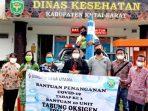 Kepala Dinas Kesehatan Kutai Barat, dr. Ritawati Sinaga saat menerima bantuan tabung oksigen dari salah satu perusahaan swasta di Kutai Barat.Foto : HO/Humas Pemkab Kubar.
