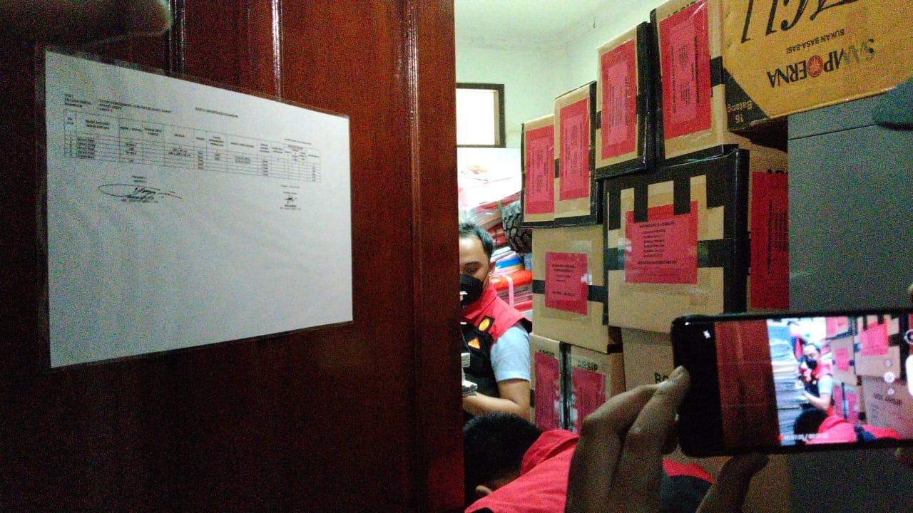 Proses penggeledahan oleh tim penyidik Kejari Kubar yang dilakukan di Disdikbud Kubar pada Selasa (21/9/2021). Foto : BorneoFlash.com/Lilis Suryani.