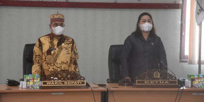 Nampak hadir dalam sidang paripurna Sekretaris Daerah Mahulu Stephanus Madang, anggota DPRD Mahulu, Kepala Bagian Persidangan dan Humas DPRD Florensius Darin