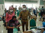 Wali Kota Balikpapan H Rahmad Mas'ud SE Saat meninjau secara langsung pelaksanaan vaksinasi di Embarkasi Haji, pada Senin (27/9/2021). Foto : BorneoFlash.com/Muhammad Eko.