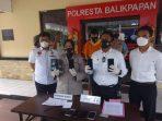 Satreskrim Polresta Balikpapan berhasil mengamankan pelaku spesialis pencurian jok motor dan memperlihatkan Barang Bukti dalam konferensi pers di Mapolresta Balikpapan pada Senin (27/9/2021). Foto : BorneoFlash.com/Muhammad Eko.