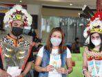 Gunakan pakain Adat Dayak, Petugas Bandara Sams Sepinggan Bagi-bagi Masker dan Hand Sanitizer. Foto : HO.
