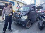 Kasat Lantas Polresta Balikpapan Kompol Irawan Setyono, menunjukan kendaraan mobil pick up hitam Grand Max KT 8297 LE yang Diduga melakukan aksi tabrak lari. Foto : BorneoFlash.com/Muhammad Eko.
