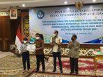 Dinas Pendidikan dan Kebudayaan (Disdikbud) menggelar penyerahan hibah SPP dan insentif guru SD/MI dan SMP/MTs swasta serta dana pembinaan siswa berprestasi berskala internasional jenjang SD/MI dan SMP/MTs kota balikpapan tahun 2021 pada Jumat (8/10/2021). Foto : BorneoFlash.com/Muhammad Eko.