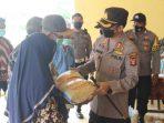Kapolres Kubar, AKBP Irwan Yuli Prasetyo saat menyerahkan bantuan beras secara simbolis beberapa waktu lalu. Foto : HO/Polres Kubar.