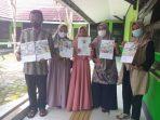 Nisa Alawiah ( Tengah) menunjukkan hasil gambar dan sertifikat juara di beberapa kompetisi yang diikutinya. Foto : BorneoFlash.com/Muhammad Eko.